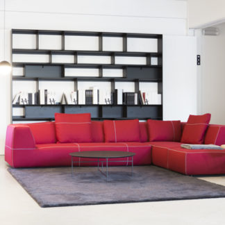 Bend-SofaBend sofa stof Serra kleur rood, stiksels grigio perla