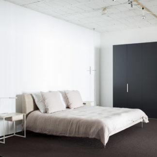TalamoTalamo bed, bekleding hoofdbord & omranding in stof Talento, poten in gepolijst aluminium.