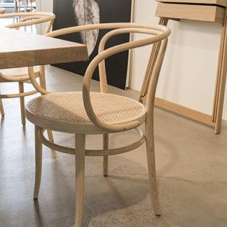 Model 209 Pure materialsModel 209 Pure materials - stoel, geolied essen, zitting voorzien van webbing, versterkt met kunststof netweefsel