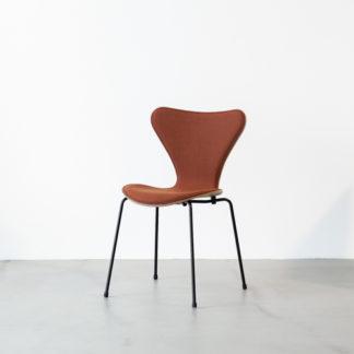 31073107 stoel, walnoot fineer basis, gestoffeerde zit roest, zwart onderstel