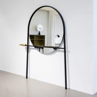 GeoffreyGeoffrey spiegel/klerenstandaard, zwart gelakt staal, geborsteld messing schaaltje